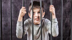 Wie dich deine Kindheit immer noch gefangen hält